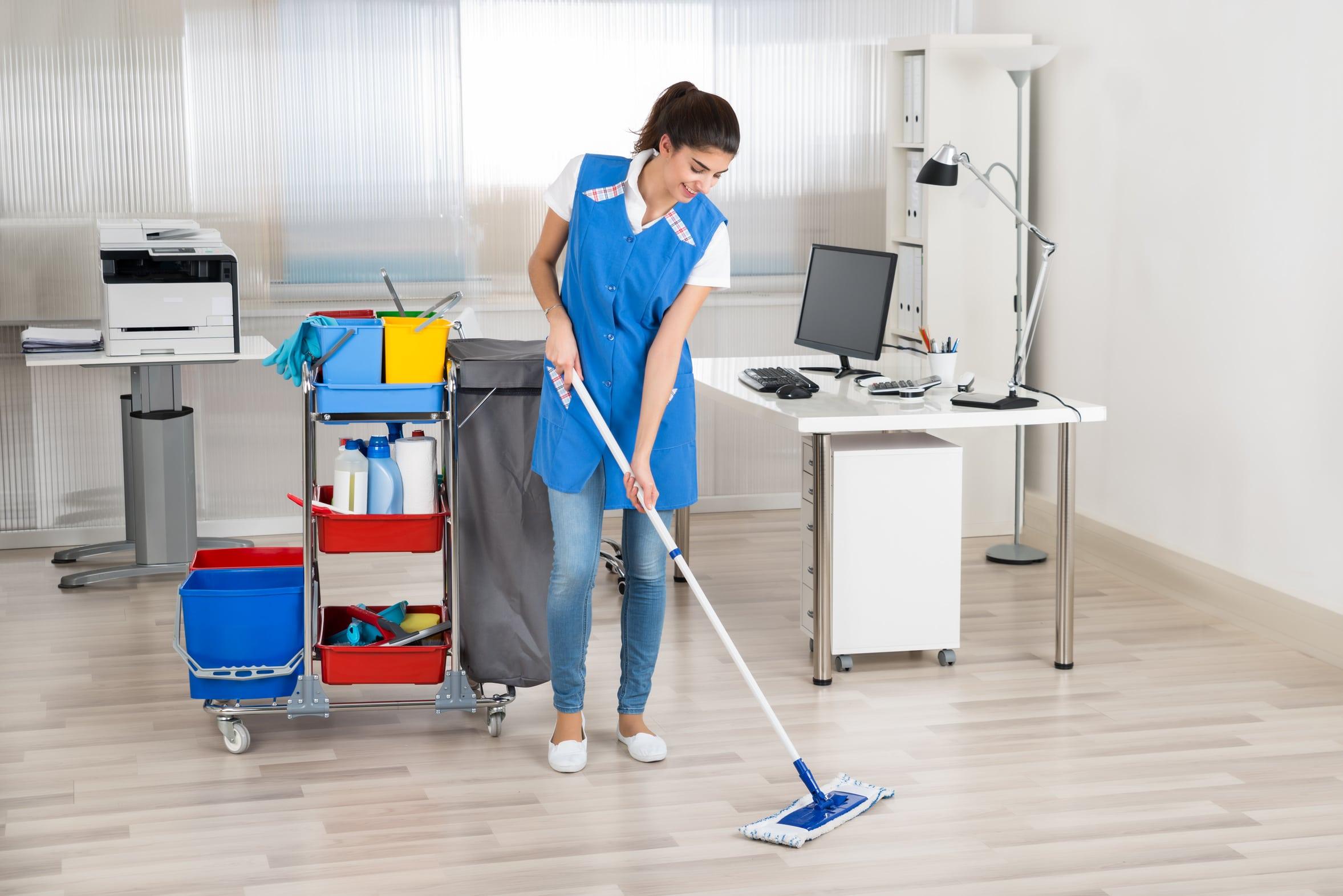 Reinigungskraft wischt den Boden