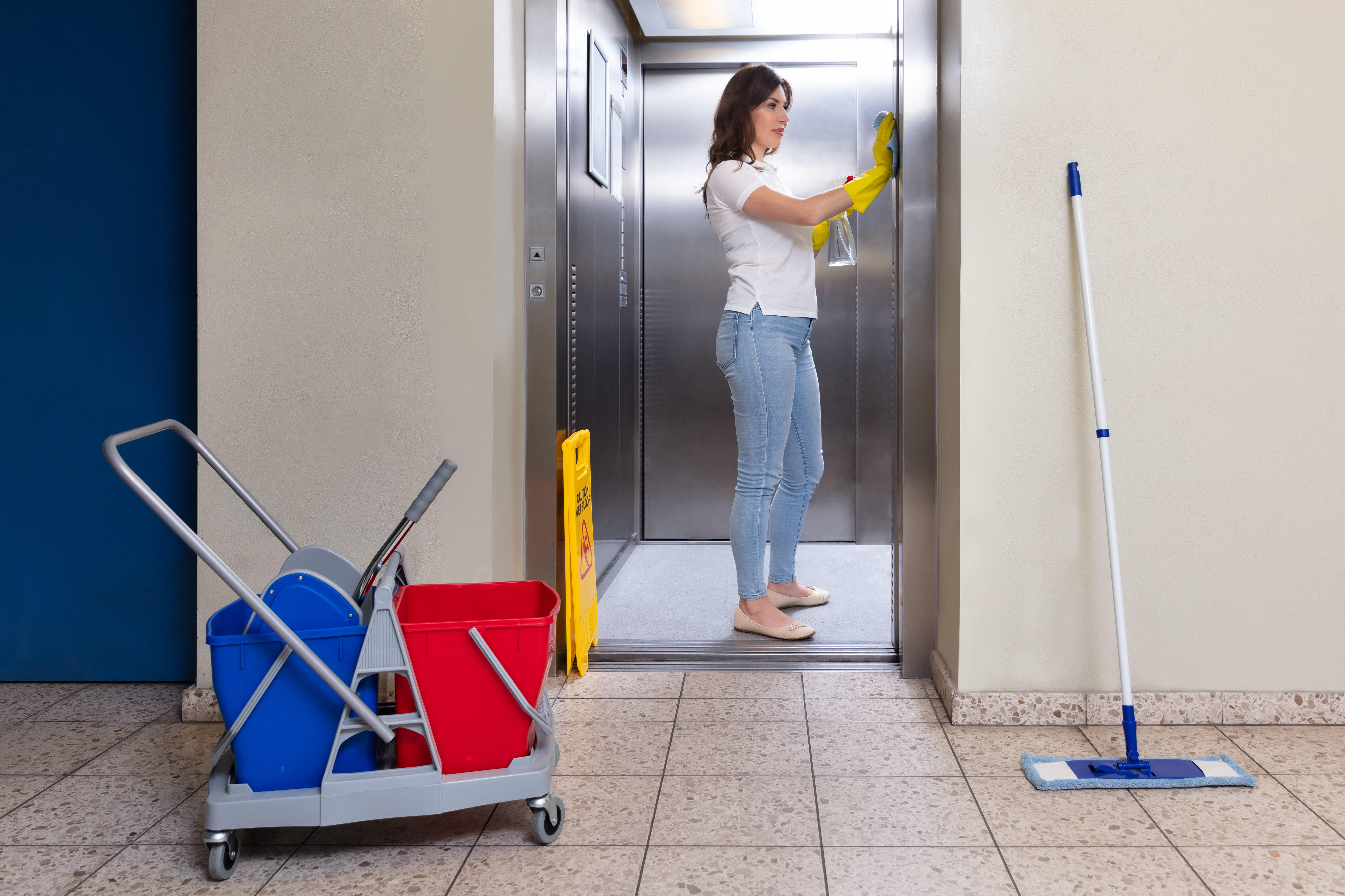 Reinigung eines Aufzuges